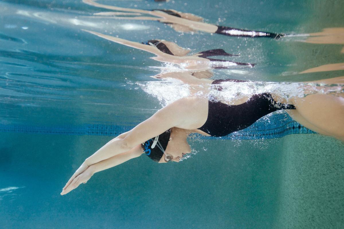 underwater high school swimmer senior photos diving