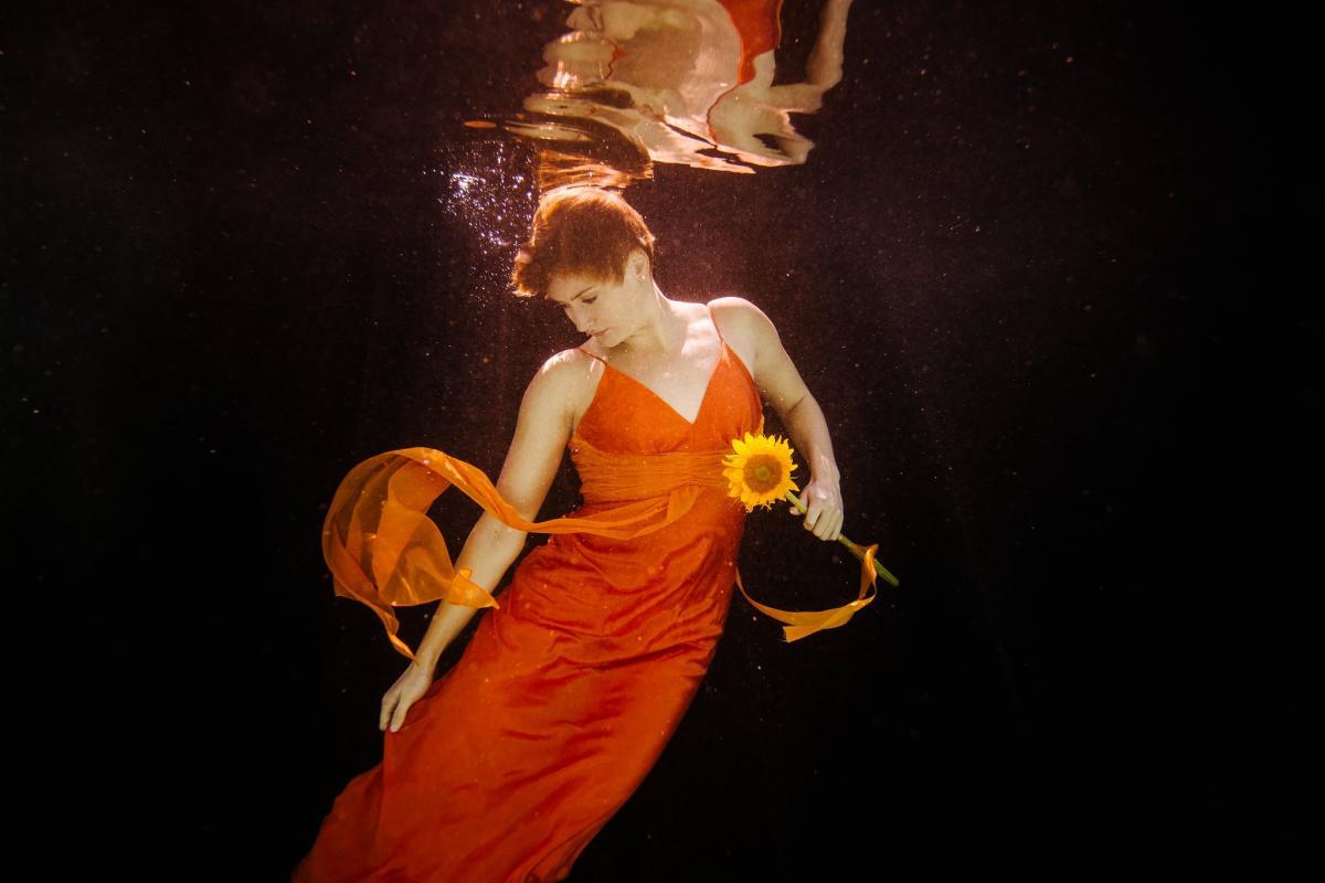 artistic unique underwater high school senior portraits underwater