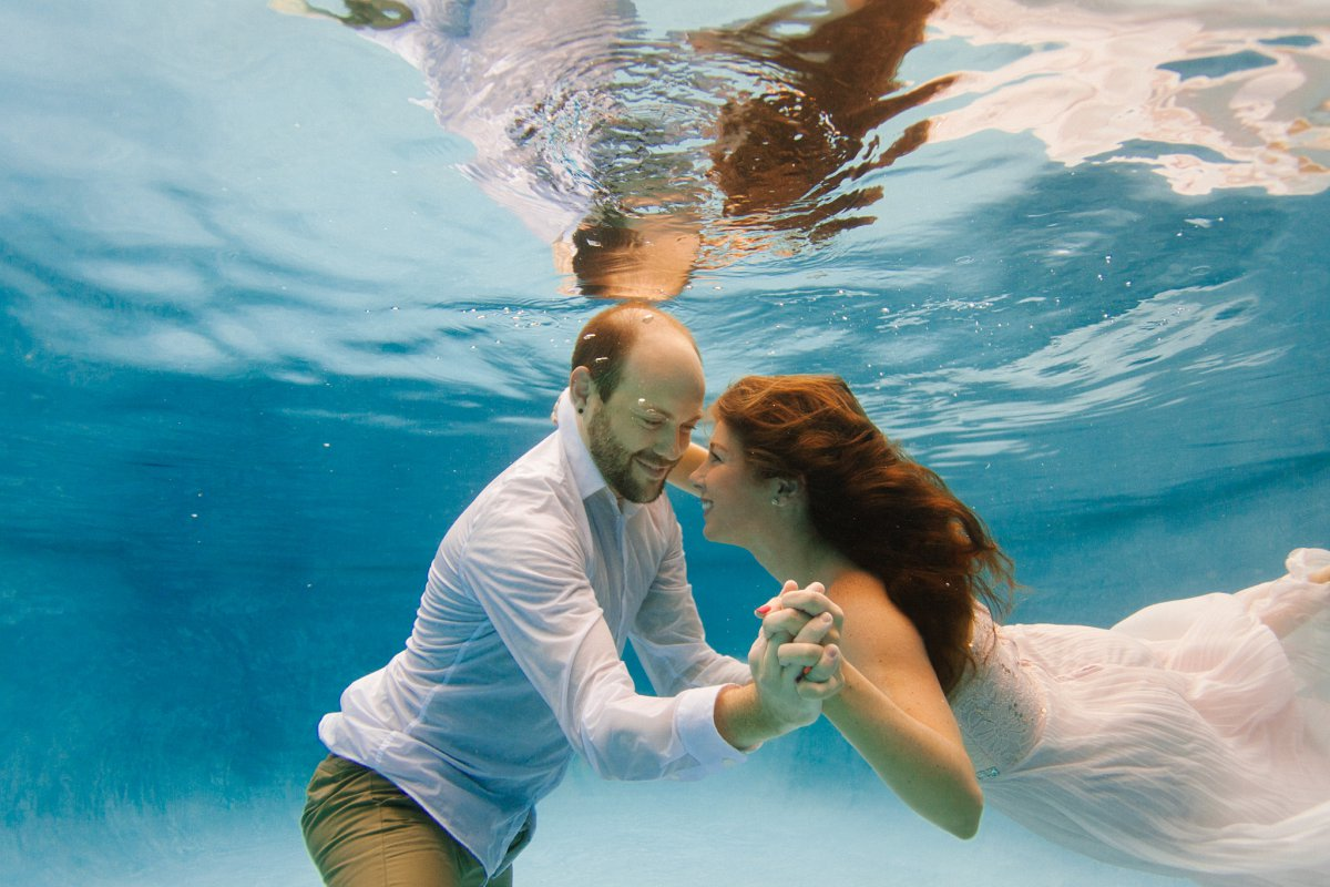 underwater couples' potraits in a pool in Arizona