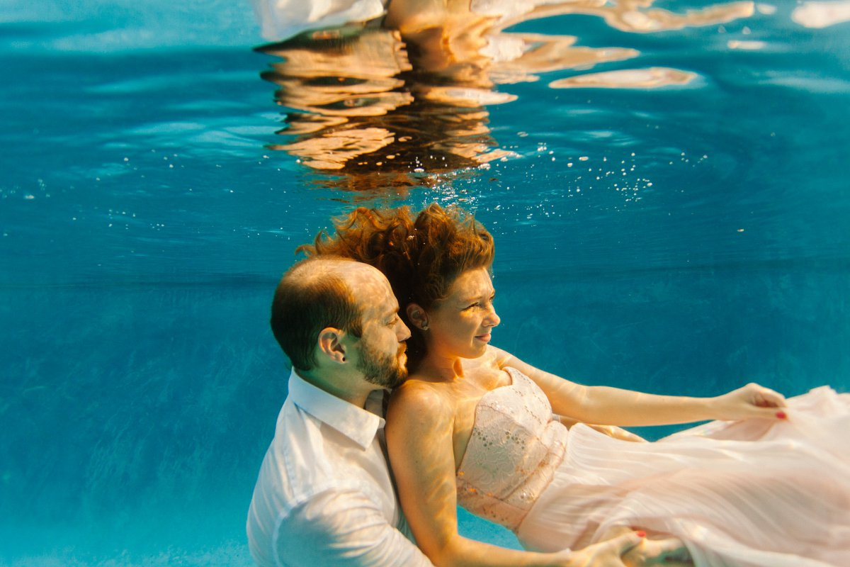 underwater trash the dress engagement photographer