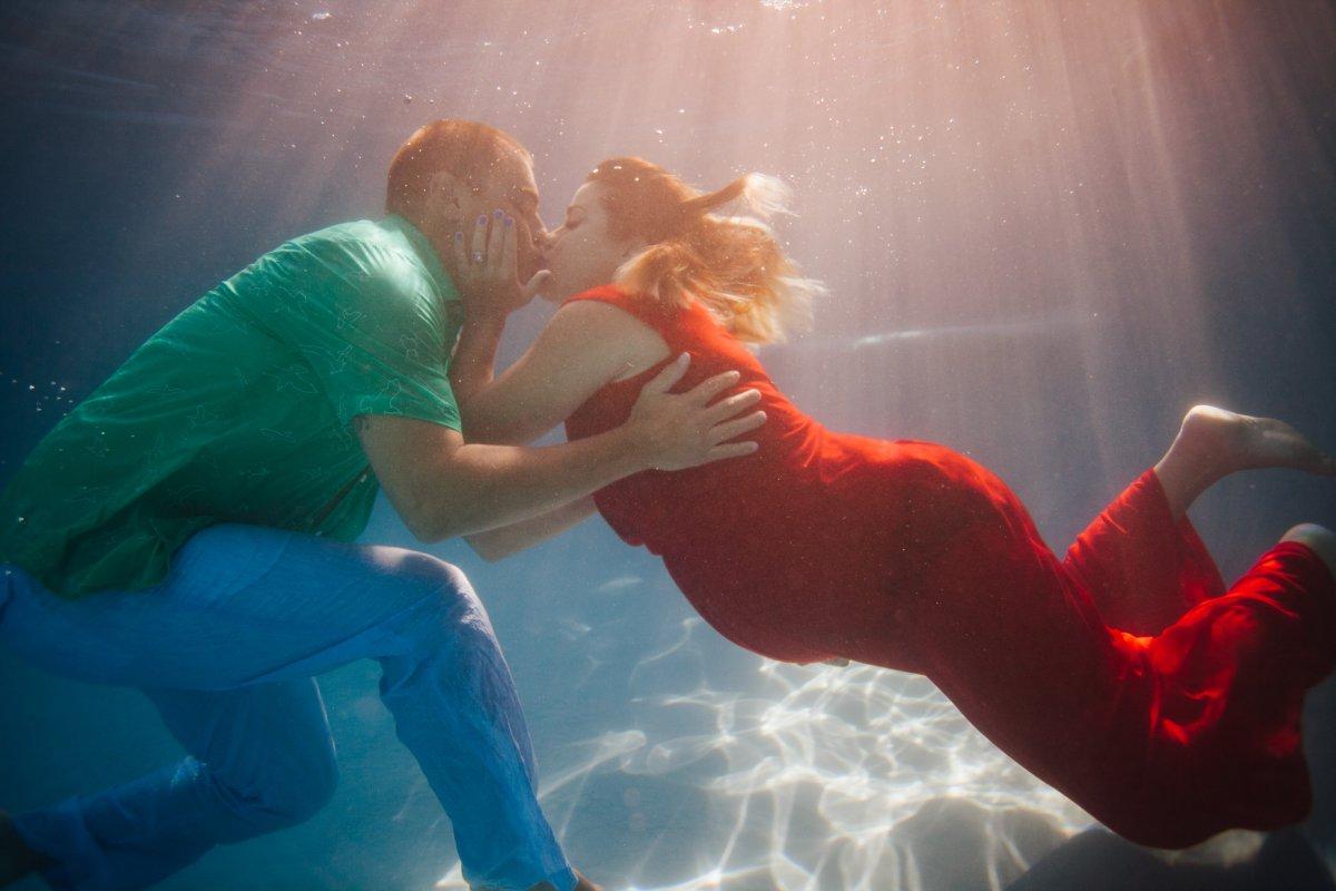underwater couples maternity photos in Arizona