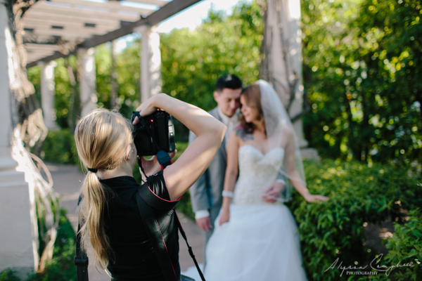 photo of Alyssa Campbell shooting bride and groom at Scottsdale resort and Conference Center with ivy and pillars around