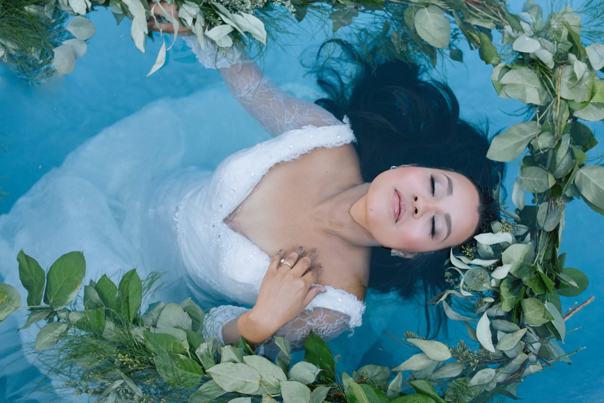 unique wedding photos underwater trash the dress