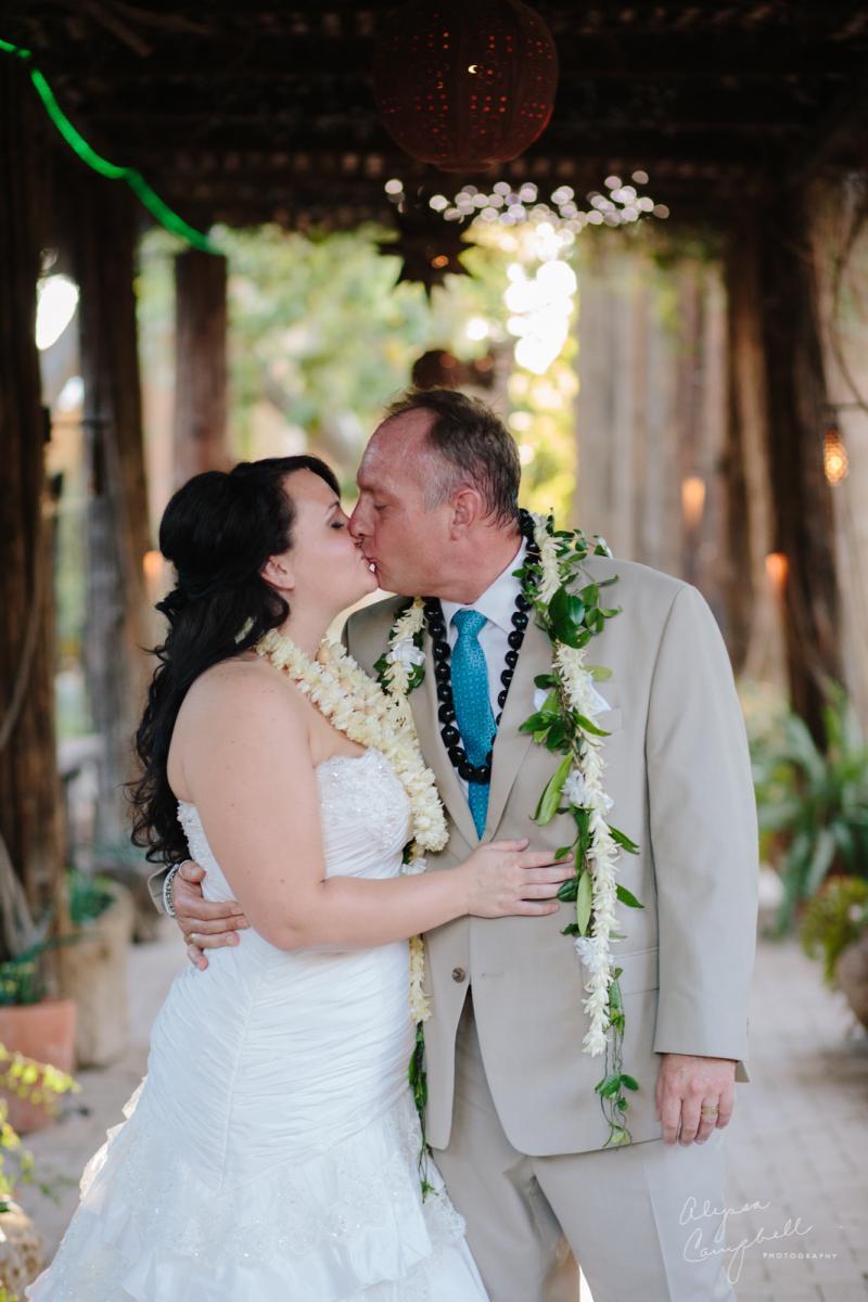 bride and groom kissing at Boojum Tree Hawaiian elopement