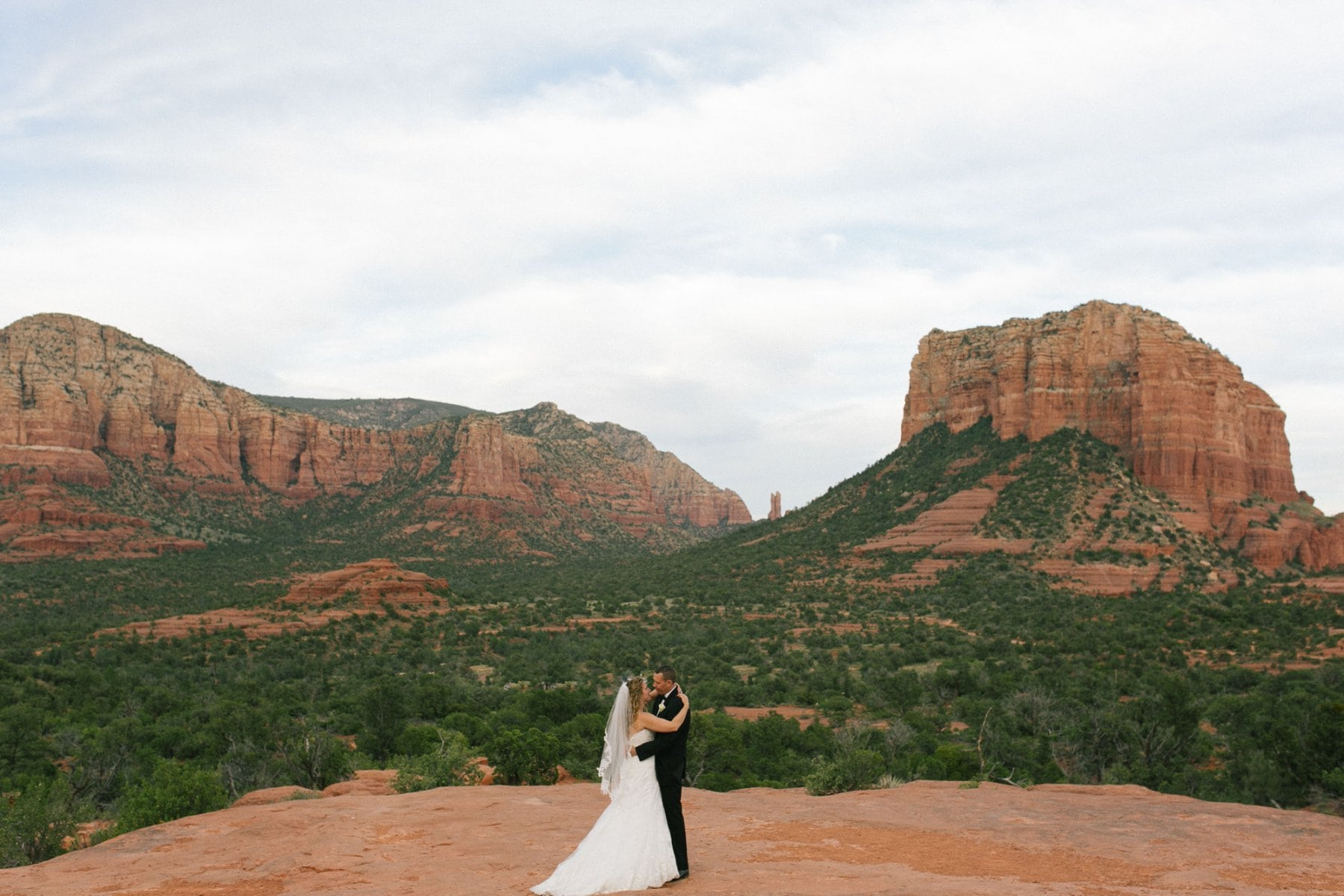 Sedona wedding bride & groom Yavapai Lookout Courthouse Butte