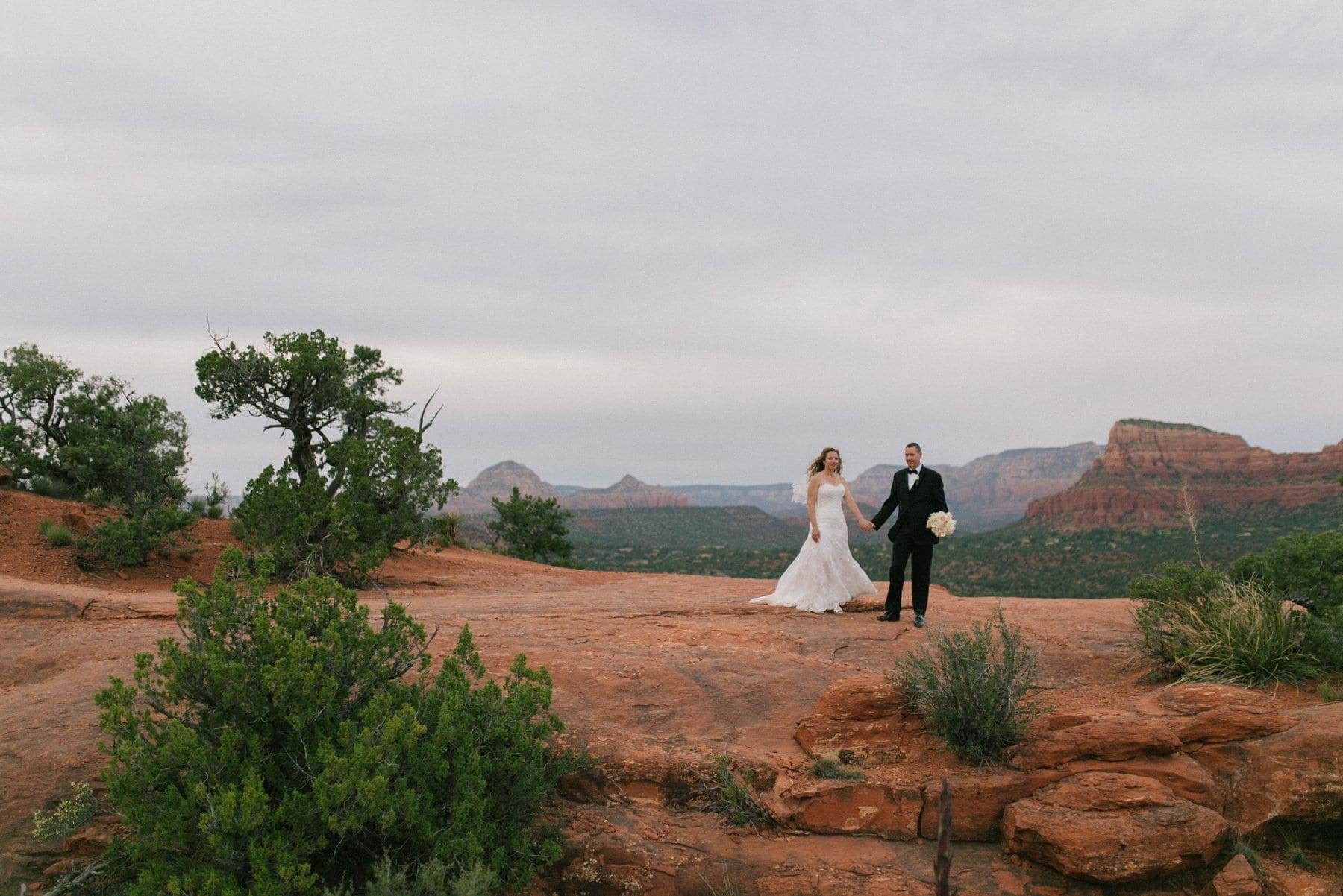 Sedona wedding photos at Yavapai Lookout Trail